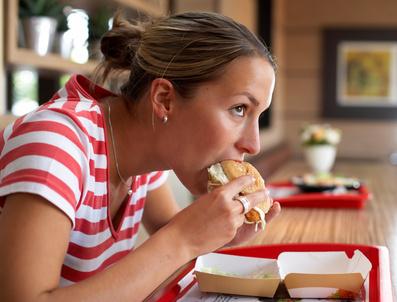 Der Artikel berichtet von Suchtverhalten bezüglich Junk Food.