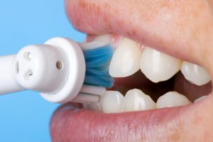 Zähne putzen mit einer elektrischen Zahnbürste