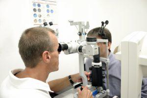 Augenarzt untersucht einen Patienten