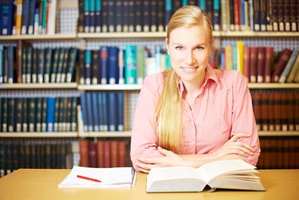 Eine Studentin beim Lernen in einer Bibliothek