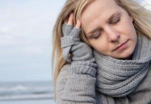 Kranke Frau mit Schal