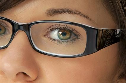 Eine Frau trägt bereits eine Brille