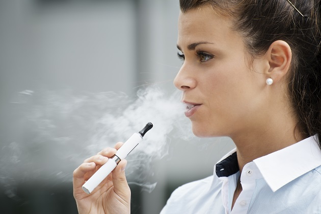 Junge Frau die E-Zigarette raucht