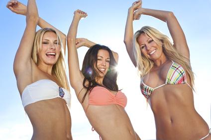 Drei junge Frauen in Bikinis